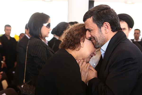 دلداری احمدی نژاد به مادر چاوز /عکس