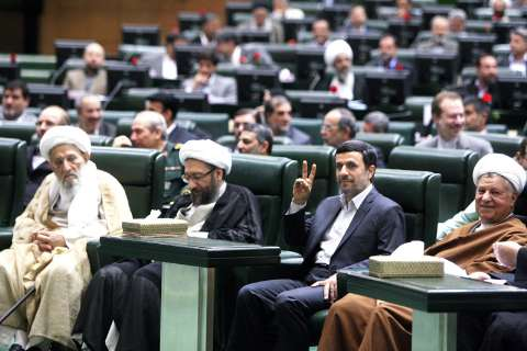 علامت پیروزی احمدی نژاد