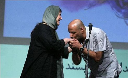 بوسه امیر جعفری بر دست همسرش
