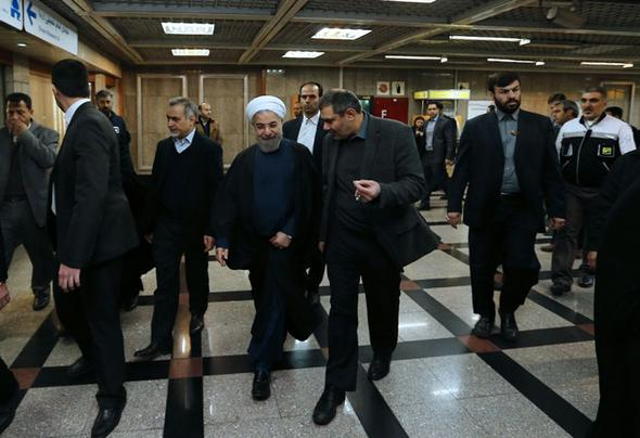تصاویر : روحانی سوار بر مترو
