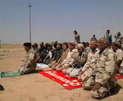 عکس: حاج قاسم در صف نماز رزمندگان عراقی