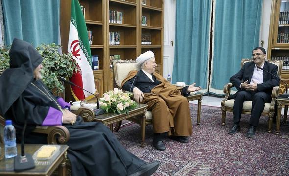 تصاویر :  دیدار اسقف اعظم ارامنه تهران با آیت الله هاشمی