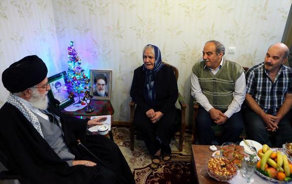 تصاویر : حضور رهبر معظم انقلاب در منزل خانوادهی شهید آشوری