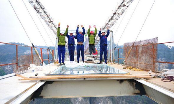 تصاویر : ساخت طولانیترین پل شیشهای جهان