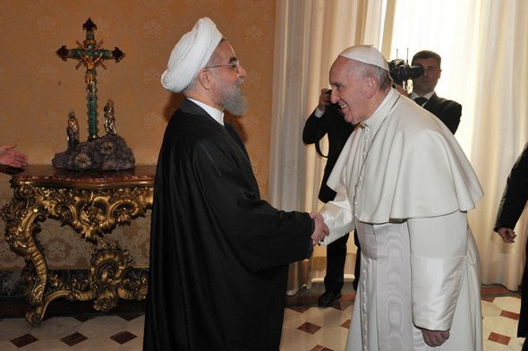 تصاویر : دیدار و اهدای هدیه روحانی به پاپ