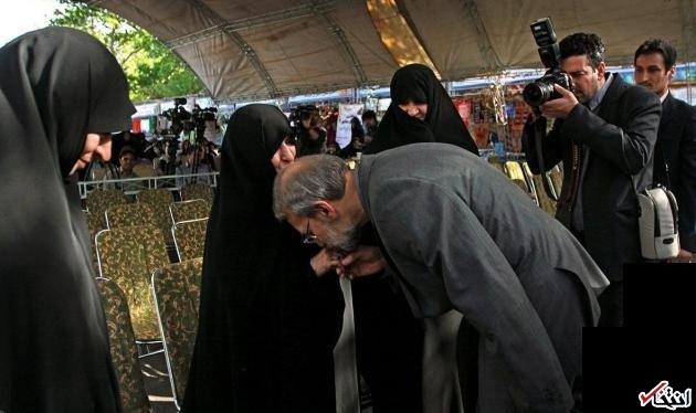 عکس : بوسه لاريجاني بر دستان همسر شهيد مطهري