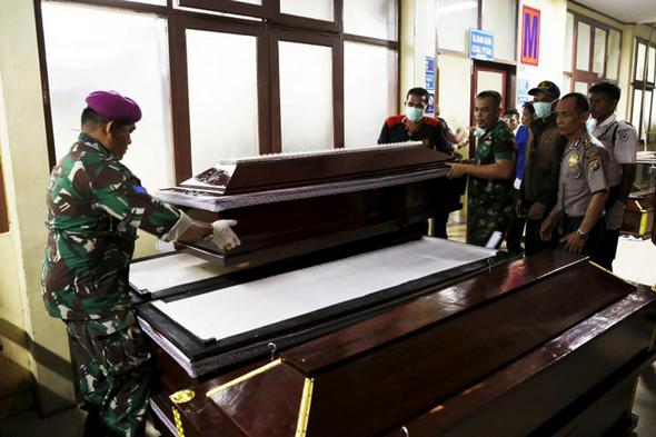تصاویر : سقوط هواپیمای اندونزی وسط شهر
