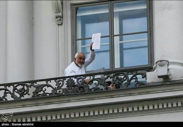 عکس: آیا برگه ی در دست ظریف، متن توافق است؟