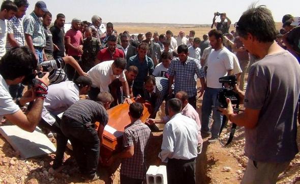 تصاویر :  خاکسپاری کودک سه ساله سوری