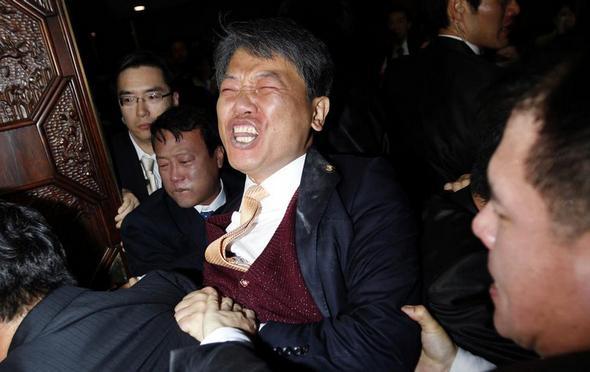 تصاویر : درگیری سیاستمداران در محافل سیاسی
