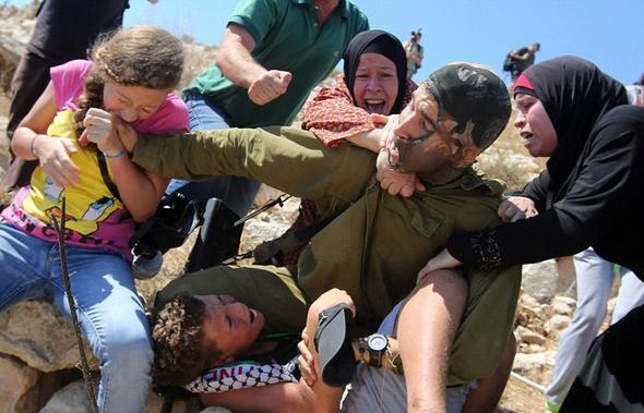 تصاویر : نجات کودک از چنگ سرباز اسرائیلی