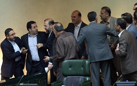 تنش در صحن علنی مجلس/ عکس