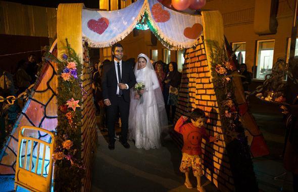 تصاویر : جشن عروسی میان کارتنخوابها