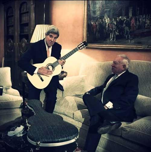 عکس: وقتی جان کری گیتار بهدست شد