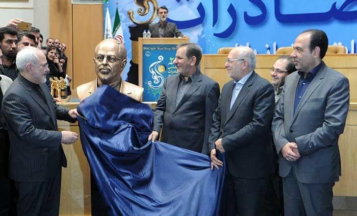 تصاویر: واکنش ظریف وقتی مجسمهاش را دید