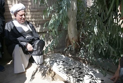 هاشمی بر مزار پدر/ عکس