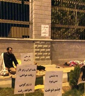 تحصن یک طلبه و خانوادهاش در اعتراض به مفاد برجام در مقابل مجلس