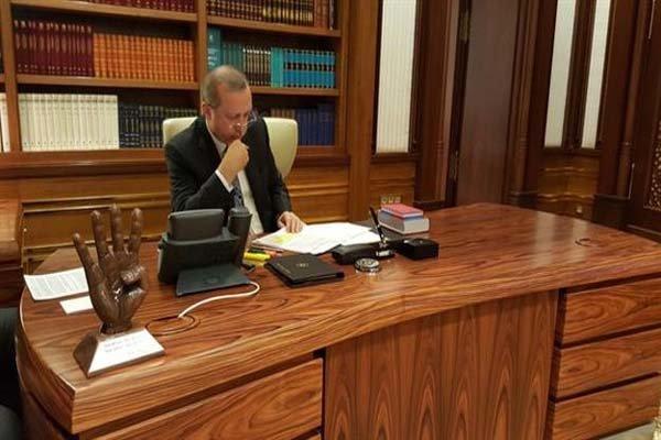 مجسمه میدان رابعه مصر بر روی میز اردوغان + تصویر