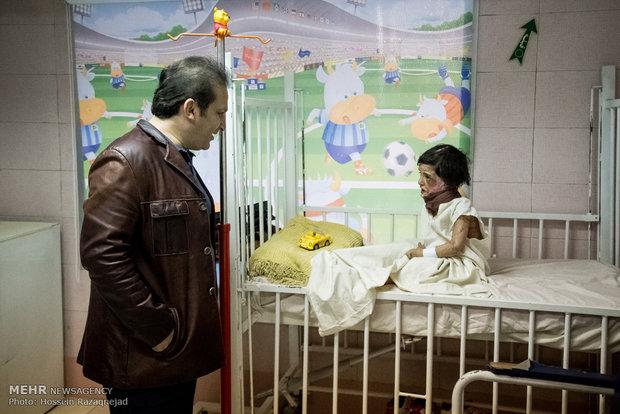 تصاویر: عیادت عوامل برنامه فیتیله از کودکان بستری در بیمارستان مطهری