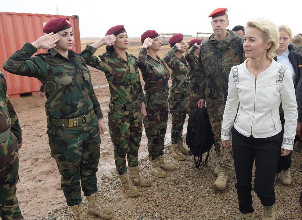 عکس: استقبال سربازان زن از خانم وزیر