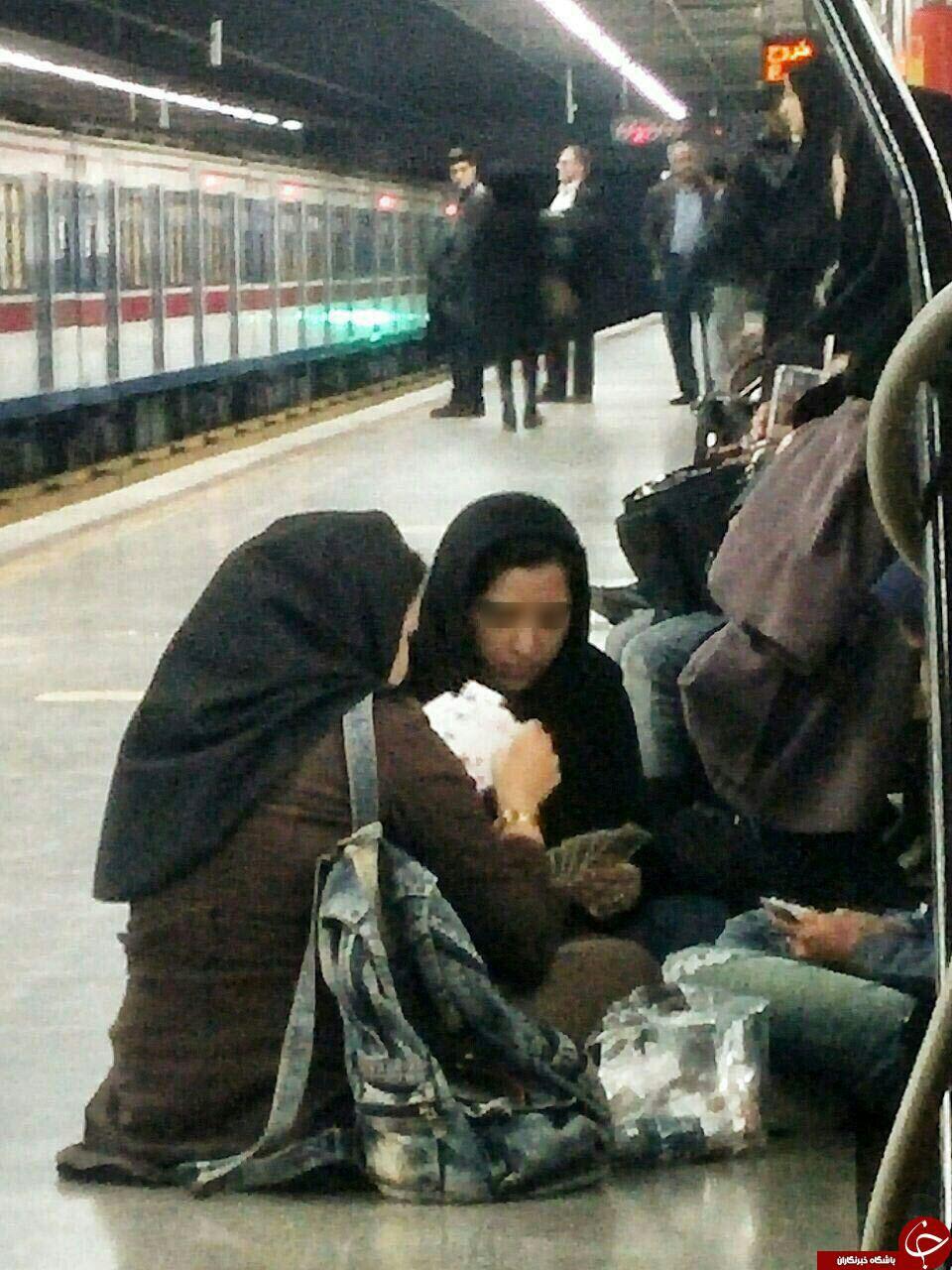 ورق بازی دختران در مترو + عکس