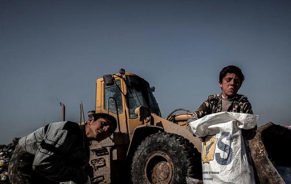 تصاویر : زندگی کودکان عراقی در میان زباله ها