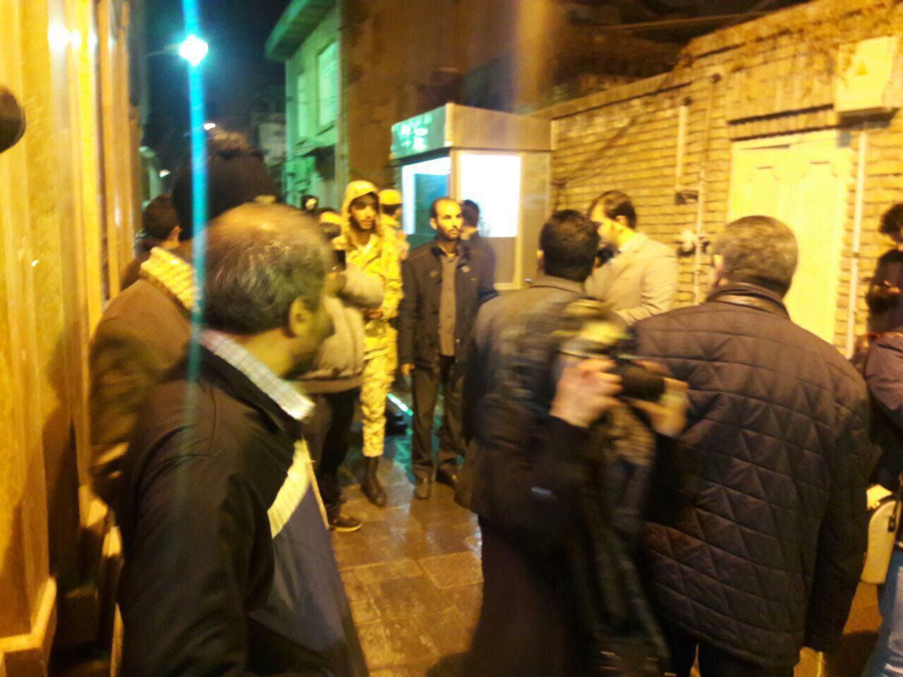 عکس/هم اکنون ، مقابل منزل آیت الله  هاشمی رفسنجانی  در جماران . نیروهای امنیتی اطراف خانه هستند و اجازه نزدیک شدن به خانه را نمی دهند