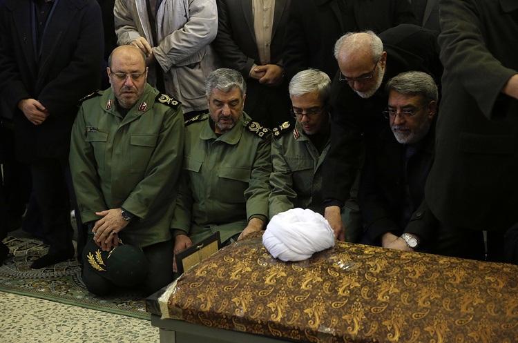 تصاویر : اقامه نماز توسط رهبر انقلاب بر پیکر حجتالاسلام والمسلمین هاشمی رفسنجانی