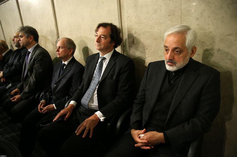 عکس/نیکلاس هاپتون، سفیر انگلیس (نفر دوم از راست) در مراسم ترحیم آیت الله هاشمی در حسینیه امام خمینی
