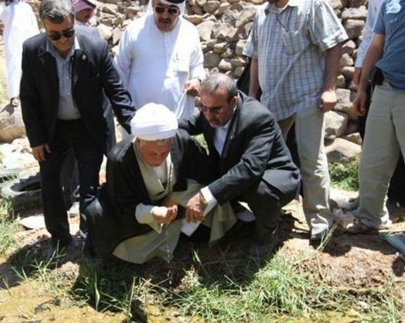 عکس/ آیت الله هاشمی در کنار چشمه باغ فدک حضرت زهرا(س) و در کنار ضریح پیامبر(ص)