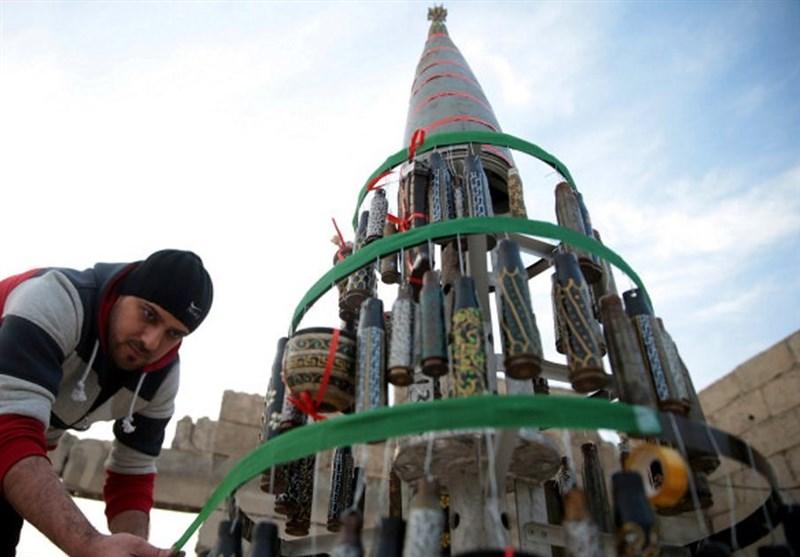 عکس / درخت کریسمس ساخته شده از پوکه مهمات در سوریه