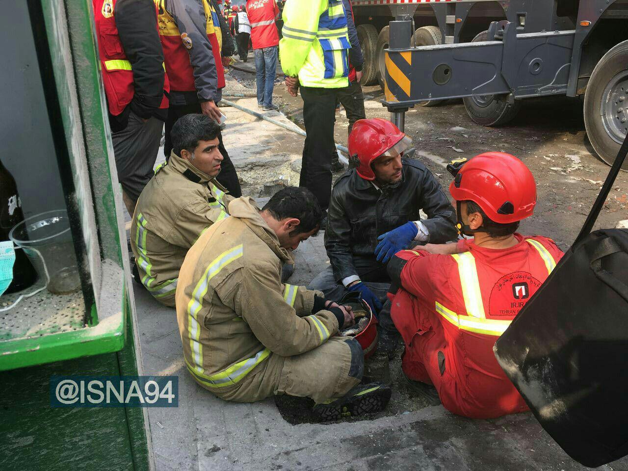 عکس/آتش نشانان خسته در حاشیه آواربرداری حادثه پلاسکو
