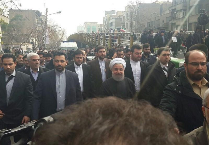 عکس/حضور رئیسجمهور در جمع راهپیمایان تهرانی
