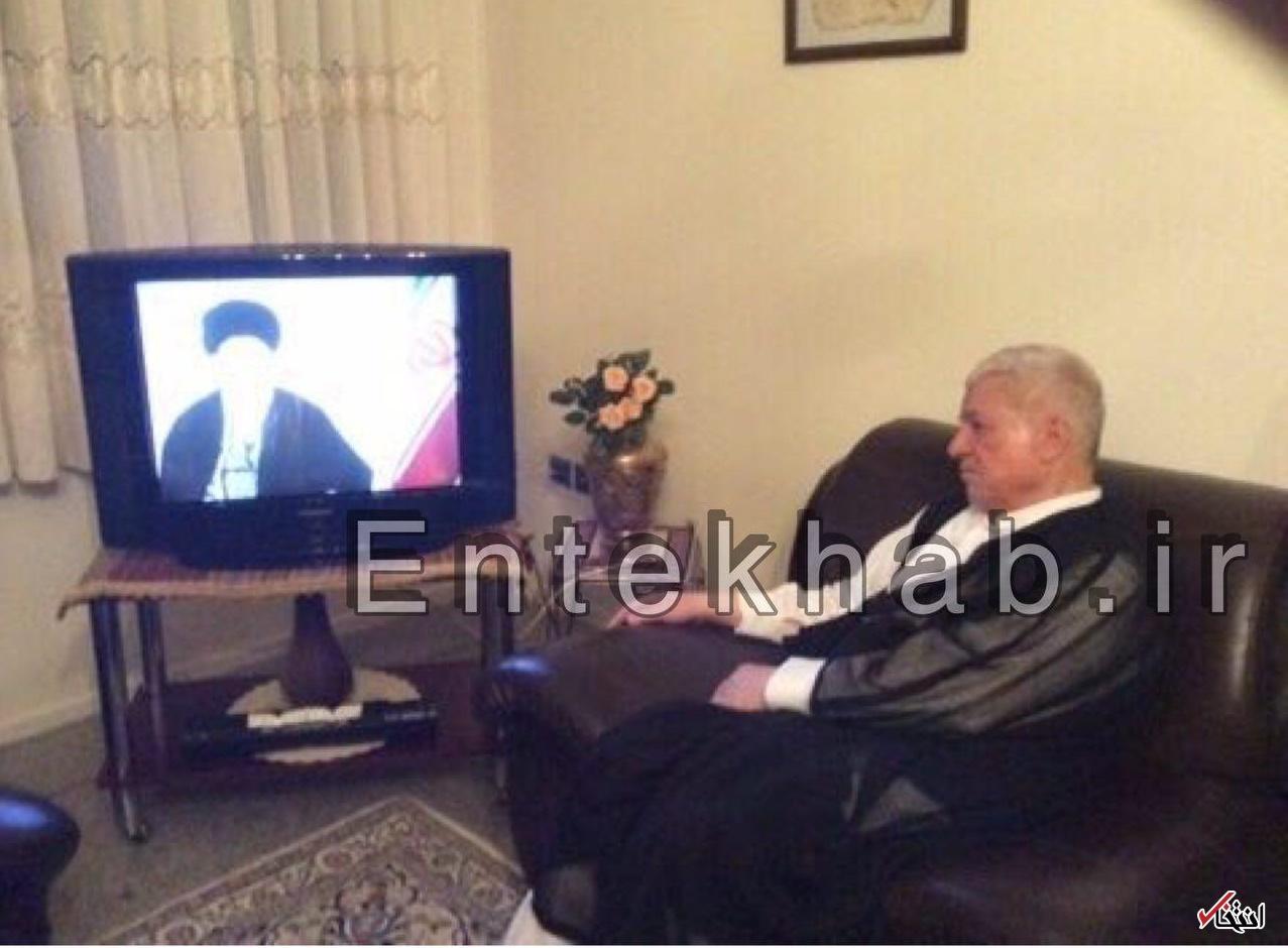 عکس سال گذشته؛ آیت الله هاشمی، پای تلویزیون، در حال تماشای سخنان نوروزی رهبر معظم انقلاب