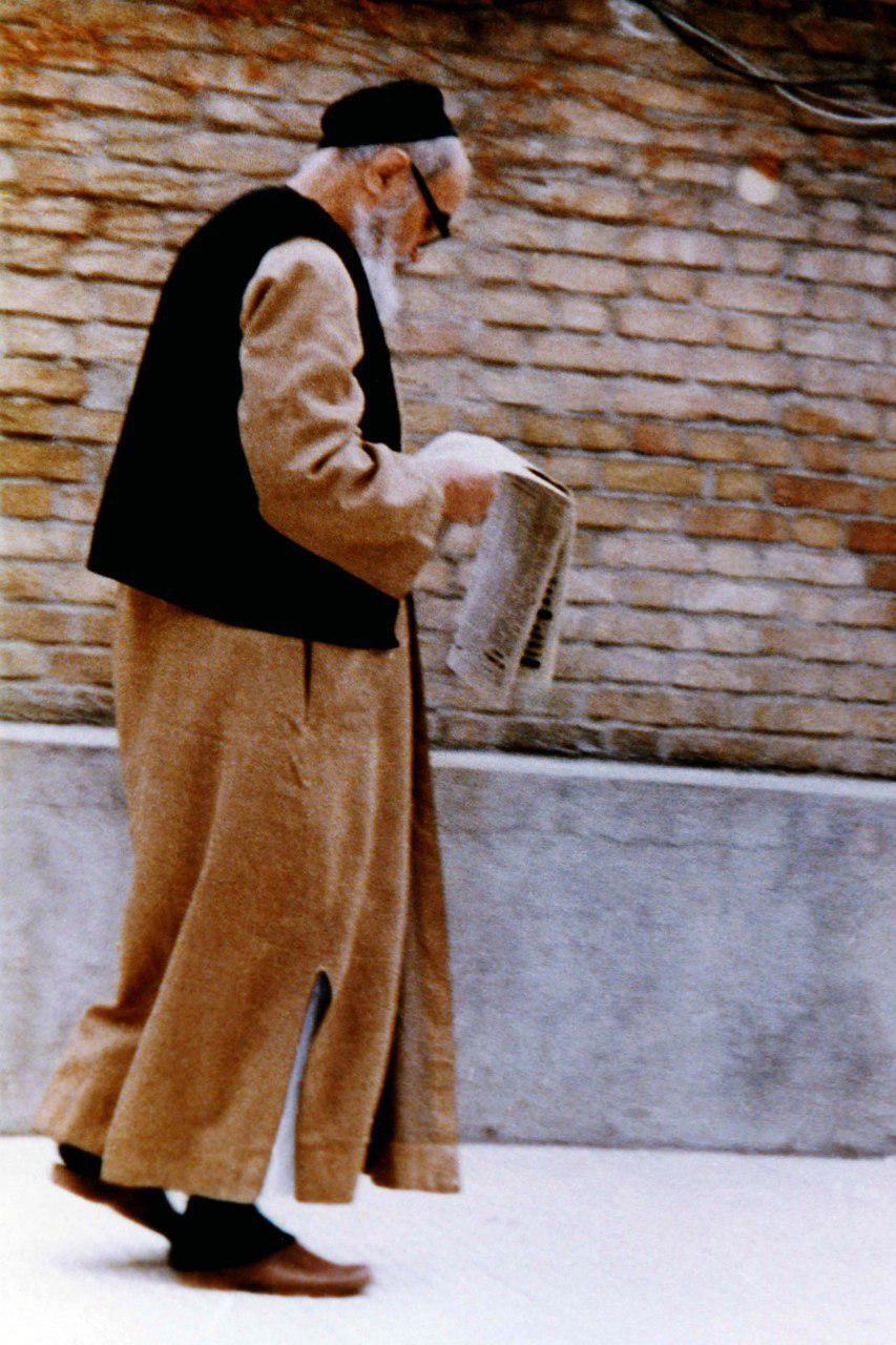 عکسی کمتر دیده شده از امام خمینی در حال مطالعه روزنامه