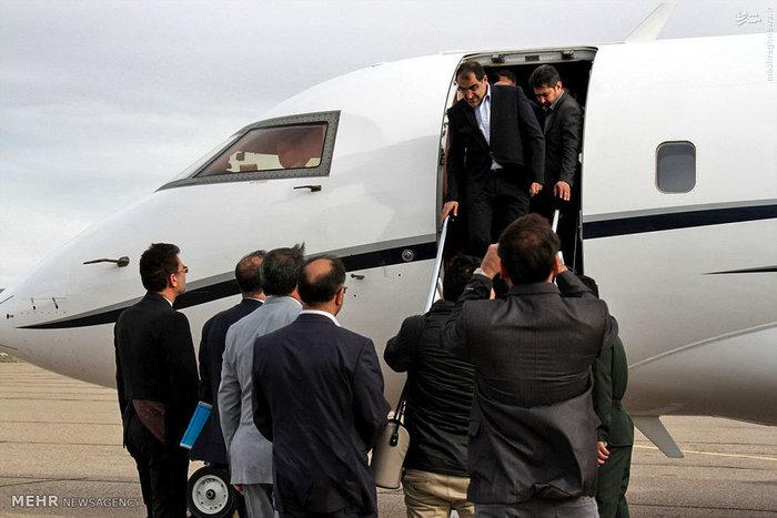 عکس/  وزیر بهداشت هنگام پیاده شدن از هواپیما در سفر به شاهرود