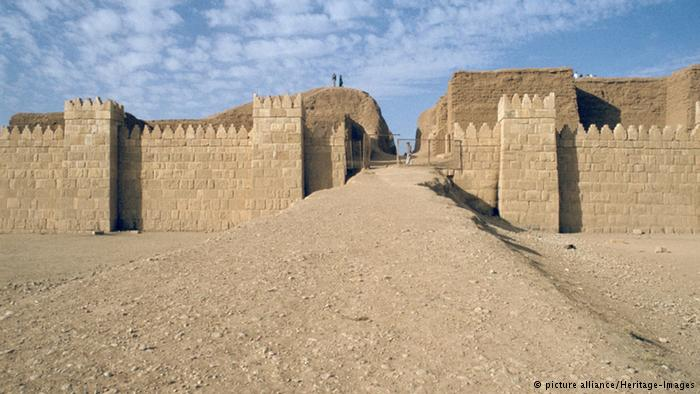 داعش دروازه قصر امپراتور آشور را با بولدوزر نابود کرد