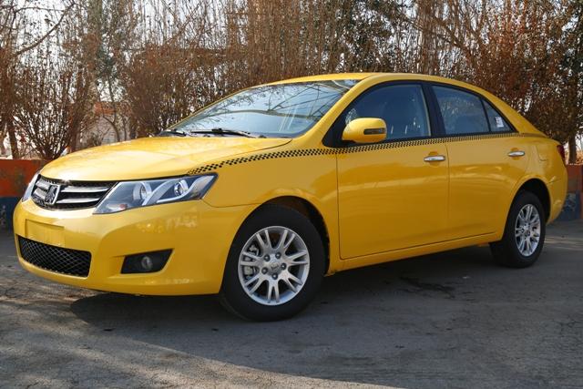خودروی زیبای آریو تاکسی در کوچه پس کوچه های شهر اصفهان