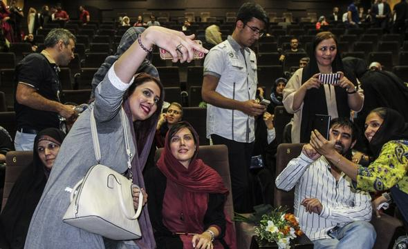 تصاویر : هنرمندان در گلریزان آزادی زندانیان