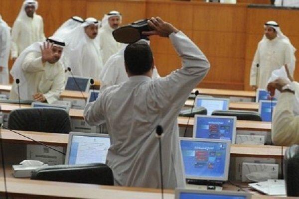 نمایندگان پارلمان کویت با کفش به جان هم افتادند!