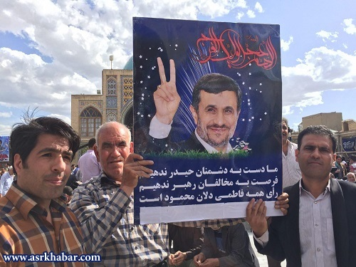 پوستر عجیب احمدی نژادی ها در زنجان/ عکس