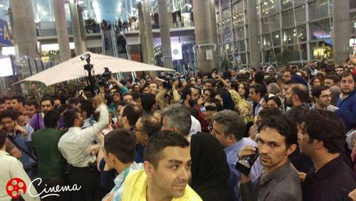 استقبال پرشور از عوامل فیلم «فروشنده» در بدو ورود به ایران+ عکس