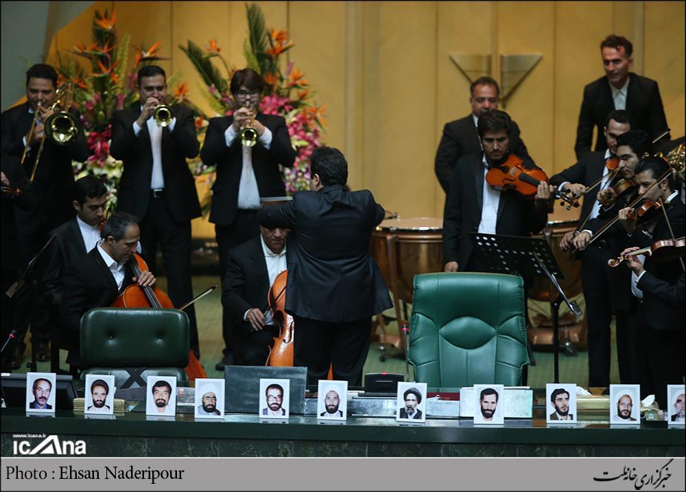 اجرای ارکستر در افتتاحیه مجلس دهم/ عکس