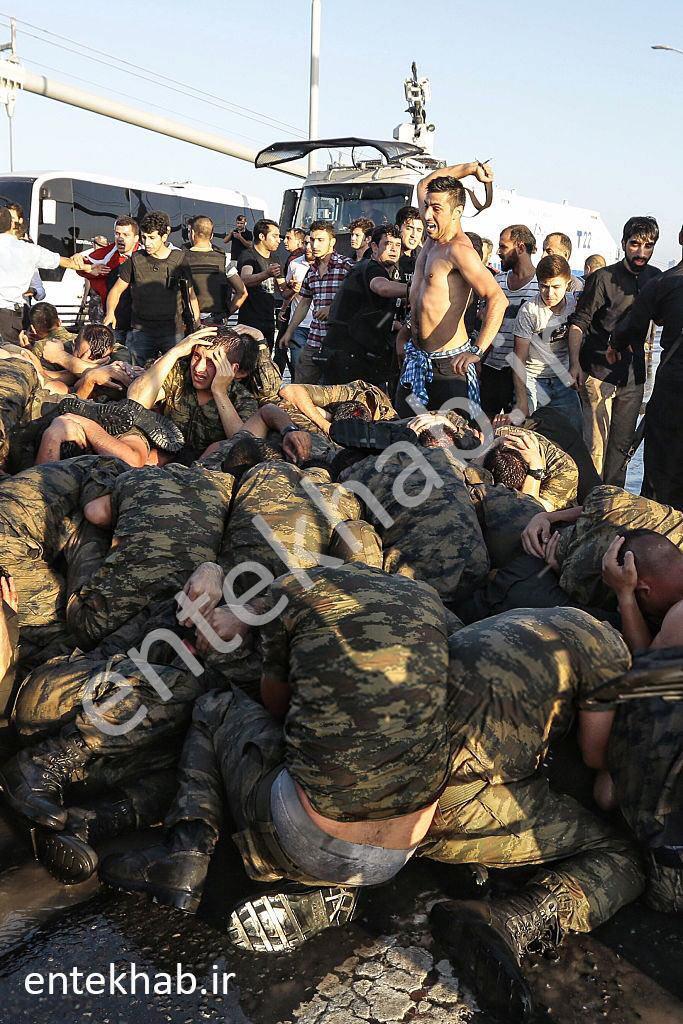 عکس/شکنجه کودتاگران توسط نیروهای امنیتی ترکیه