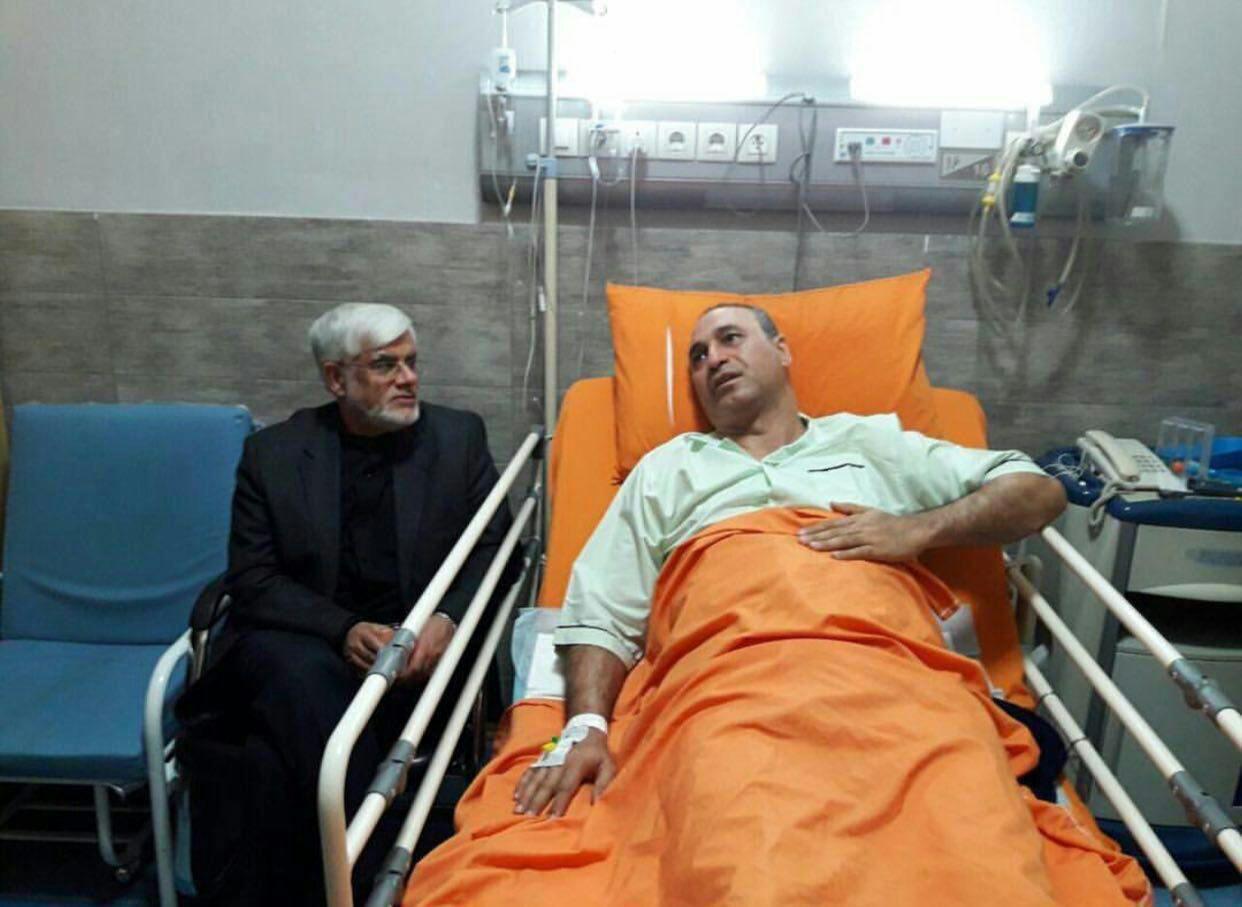 تصویر: عیادت عارف از حمید فرخنژاد در بیمارستان