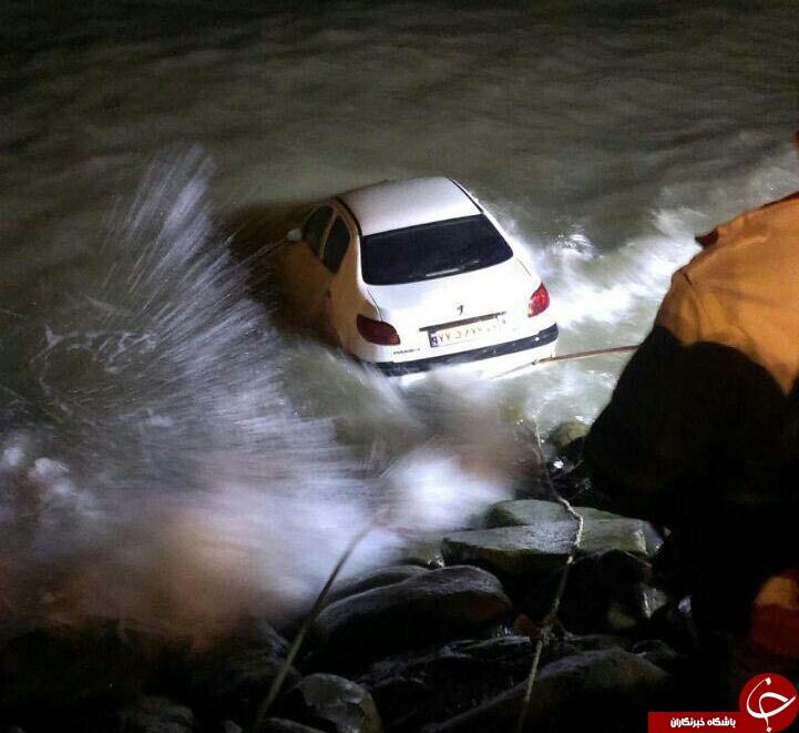 سقوط خودرو به دریای خزر/ عکس