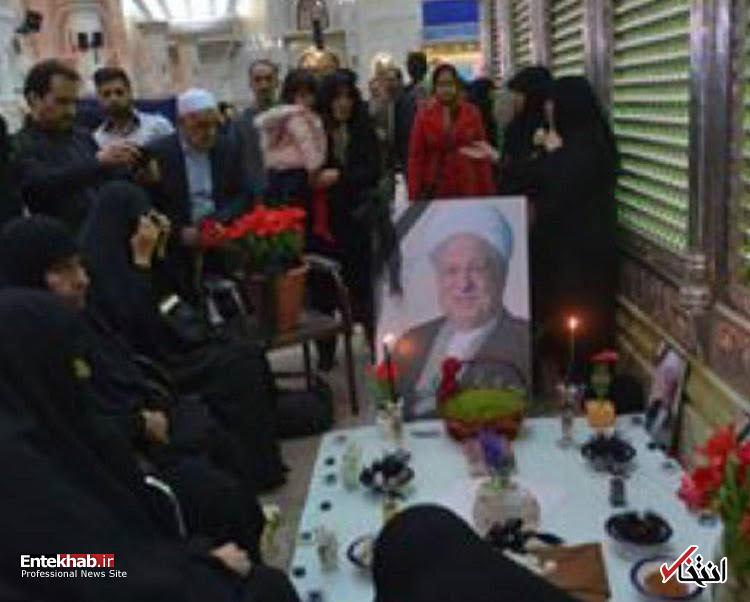 عکس/خانواده آیت الله هاشمی در لحظه تحویل در کناه مقبره پدر