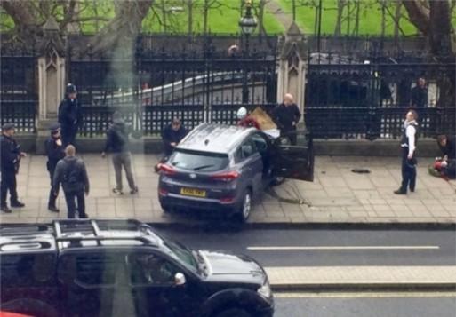 تیراندازی در نزدیکی پارلمان انگلیس/ یک خودرو چهار رهگذرد را زیر کرد / «ترزا می» به محلی امن منتقل شد / پلیس: این حادثه تروریستی است