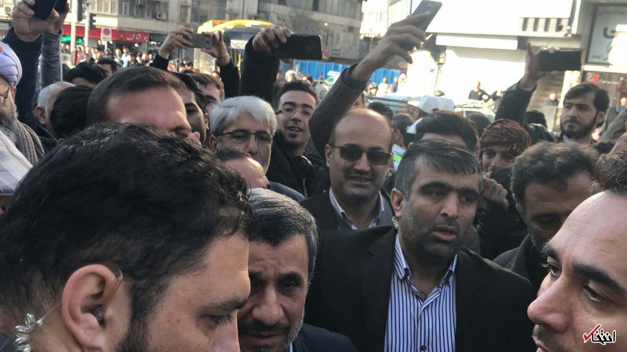 احمدی نژاد و مشایی مقابل محل برگزاری دادگاه بقایی حضور یافتند
