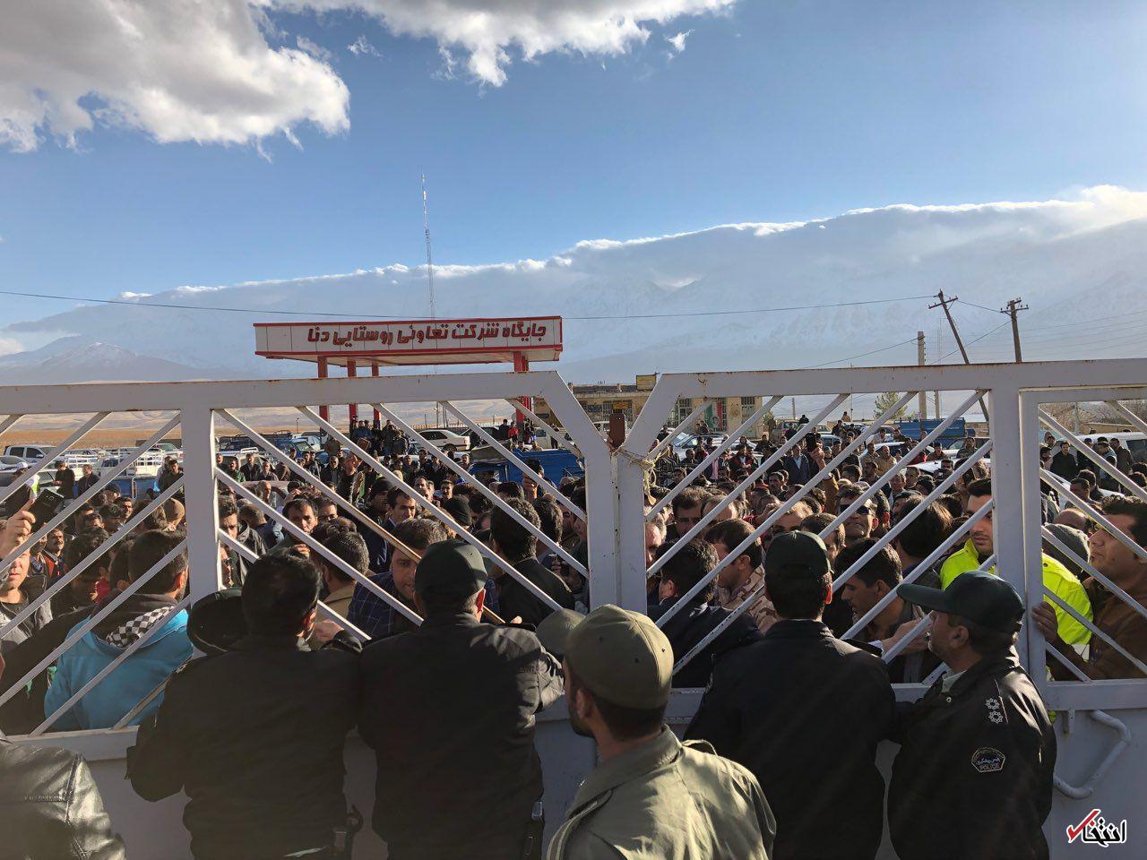 تجمع خانواده های قربانیان ATR مقابل بخشداری دنا / ادعای یکی از افراد محلی: هواپیما را در ارتفاع پایین در حرکت به سمت قله «نول» دیده ام